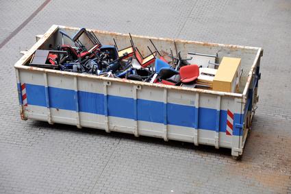 Container mit Bürostühlen gefüllt
